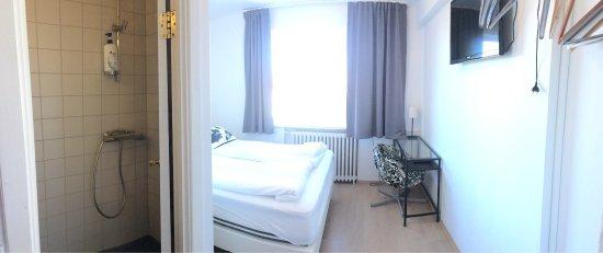 Metropolitan Hotel: Ich hatte ein kleines Doppelzimmer gebucht. Die Fenster sind neu und die Vorhänge verdunkeln ein