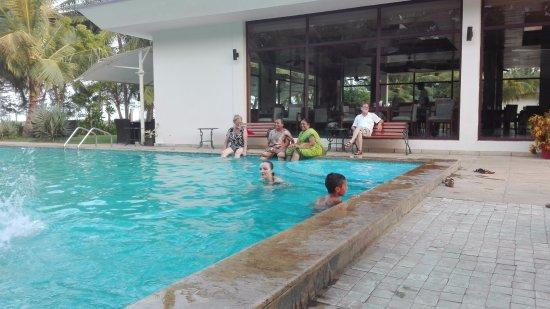 The Windflower Resort and Spa Pondicherry: Amici di ASSEFA ALESSANDRIA vicino alla piscina