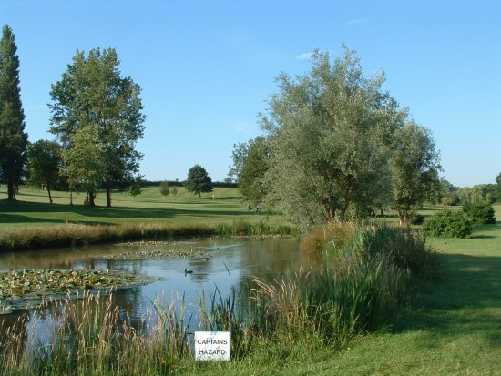 Кеттеринг, UK: A view of the oldest golf course in Northamptonshire