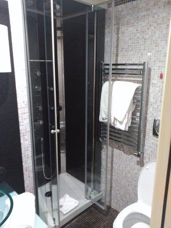 ducha con chorros de hidromasaje foto di al viminale