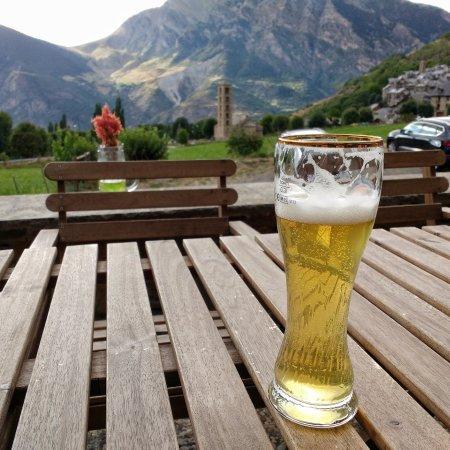 Provincia de Lleida, España: Saboreando una buena cerveza con muy buenas vistas