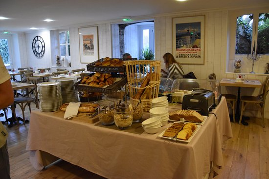 Tracy-sur-Mer, France : petit déjeuner varié dans une belle salle a manger calme