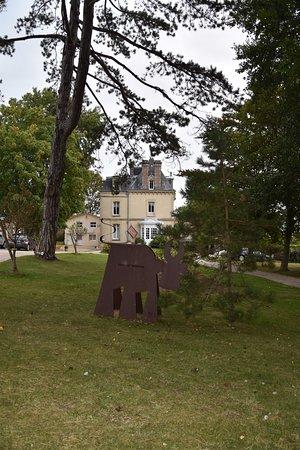 Tracy-sur-Mer, France : l'entrée de l'hôtel qui se situe dans un petit espace vert