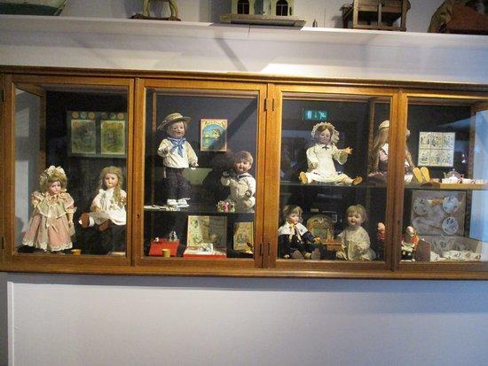 Roden, Nederland: Vitrine met oude poppen
