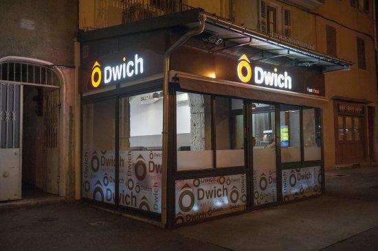 Ô Dwich : Façade Ô'Dwich Chambéry de nuit. Toujours prêts pour vous accueillir et vous livrer, même de nui