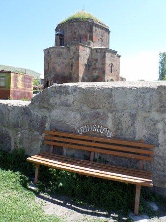 Mastara, Armenien: la chiesa di Surp Hovanes con la panchina con scritto il nome della località in armeno