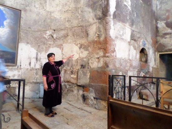 Mastara, Armenien: La signora armena che gestisce la chiesa indica una antica incisione a forma di kachkar