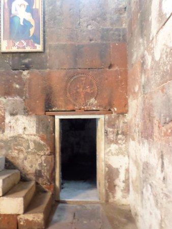 Mastara, Armenien:  L'ingresso ad una cella di preghiera e la scala dell'altare