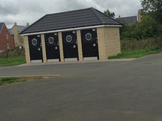 Carterton, UK: Twenty pence newly erected toilets. Not one of the four are accessible.