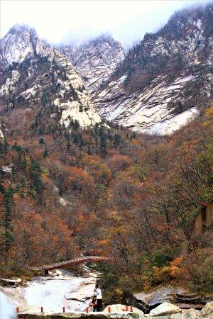 Dandong, จีน: Beautiful Moutain Kumgang in end of Oct