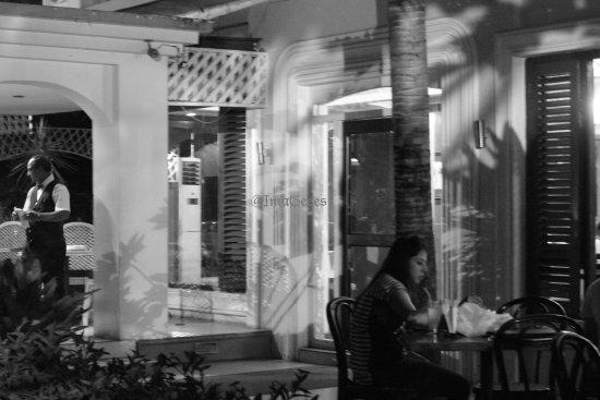 Marina's Motel: Outside dining area
