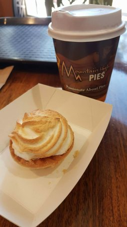 Wentworth Falls, Australia: Salted Caramel Meringue tart and hot chocolate