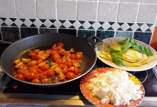 Cinigiano, Italia: preparazione crèpes con pomodorini e ricotta