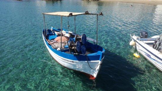 Moutsouna, Greece: acqua del porticciolo con la barca del ristorante