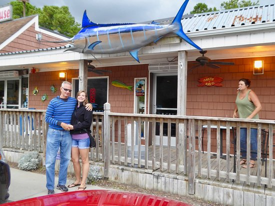 Margie & Ray's Crabhouse: Outside shot of my friend and his girlfriend.