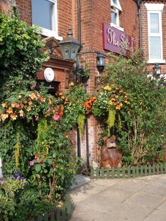 Reedham, UK: Sweet scented approach to front door