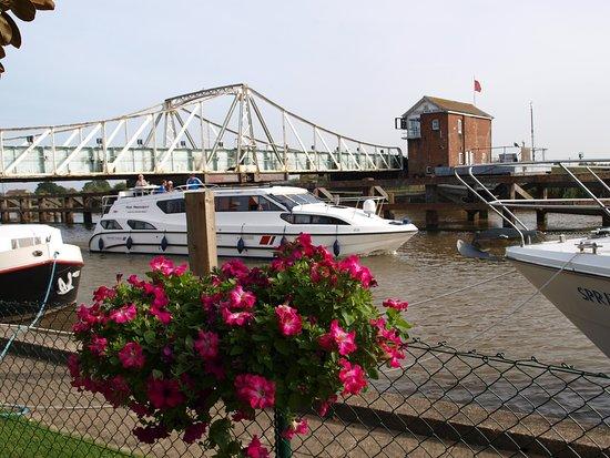 Reedham, UK: Always action through the bridge!