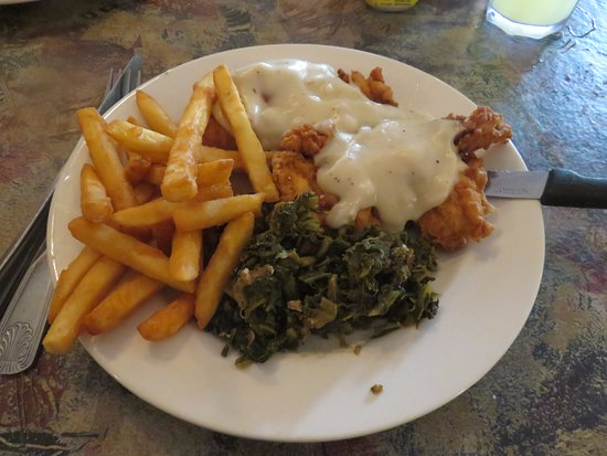 Tellico Plains, TN: Country Fried Chicken Dinner with white pepper gravy