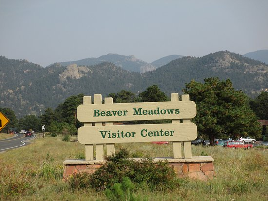 Beaver Meadows Visitor Center: Entrance to the parking lot/visitor's center.