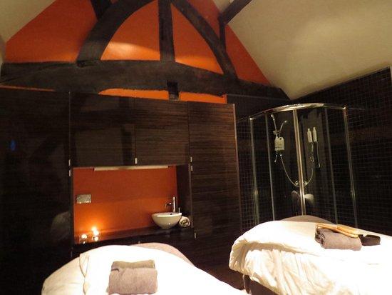 Burton, UK: Double treatment room
