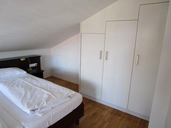 Schlafzimmer mit Schrankwand - Bild von Gästehaus Hubertus Hotel ...