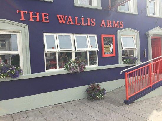 Millstreet, Irlanda: Exterior of the Wallis Arms hotel
