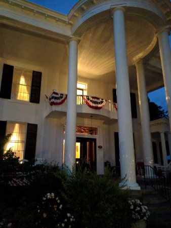 Allegiance Bed and Breakfast: Front of Manison