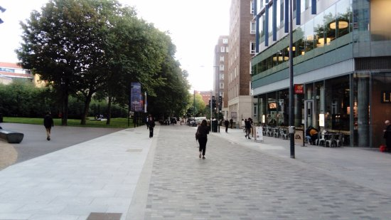 LSE Bankside House: Pedestrian area approaching LSE Bankside