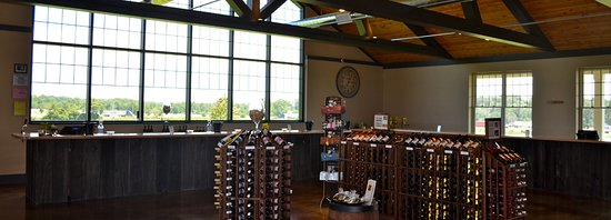 Benton Harbor, MI: Inside the large tasting room.