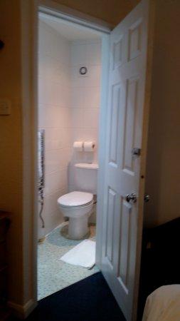 Gatwick Corner House Hotel: Toilet, Basin & Shower