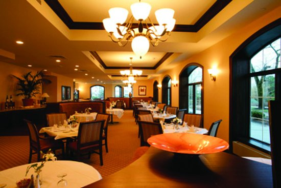 Elkhart Lake, WI: Enjoy and eclectic menu with an extensive wine list.