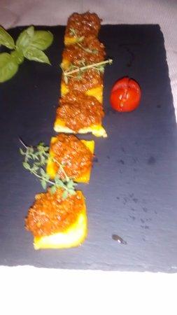 Altopascio, Italy: Complimentary bruschetta with a ragu suace