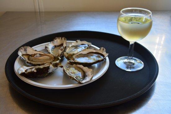 Sanguinet, France: Huîtres et verre de vin blanc
