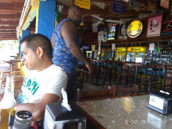 Clarita's Beach Bar & Sports Grill: Gran lugar para pasar un rato agradable en la Playa de Jacó!