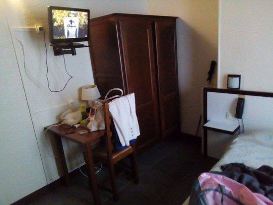 Atel Avenir: la télé qui n'est pas en face du lit et les meubles d'époque!