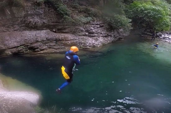 Destination Nature - Canyoning06 : Lots of great jumps.