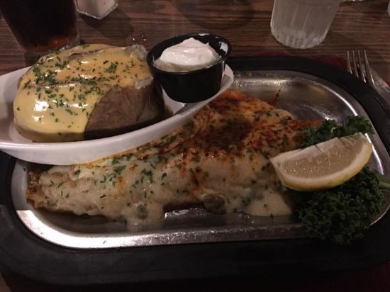 Friendship, Ουισκόνσιν: Pan seared walleye and cheesy baked potato!! MMmmmmm!!
