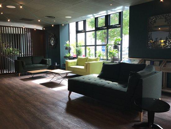 Salon près de la réception de l\'hôtel : joli, chaleureux ...