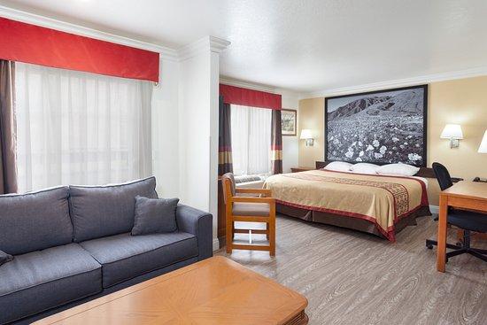 Super 8 Santa Clarita/Valencia: King Bedroom Suite