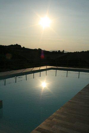 Montottone, Italia: Unico Senso, uitzicht over zwembad