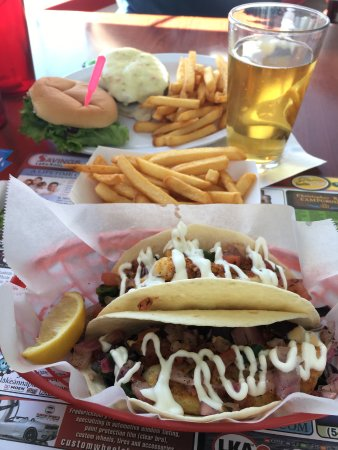Mineral, เวอร์จิเนีย: Fish tacos, fries and a beer with burger in the background.
