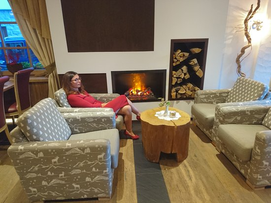 Sporthotel Romantic Plaza: Il bel caminetto nella sala di attesa.