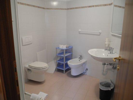 Pontebba, Italia: großes Badezimmer