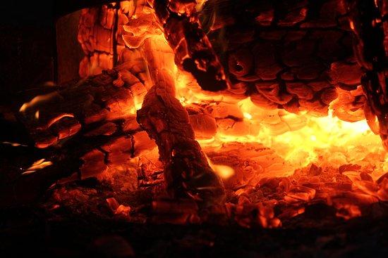 Cublac, France: Boucanage traditionnel au feu de bois