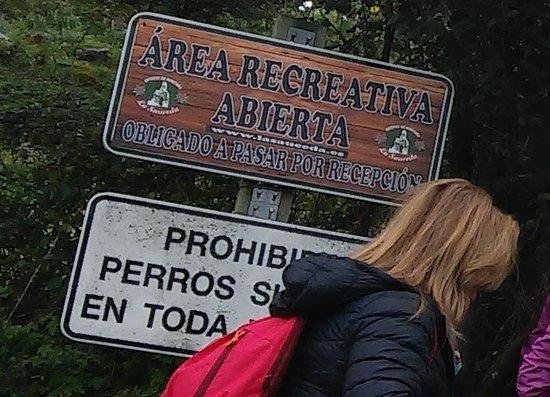 Moron de la Frontera, Ισπανία: Carteles a la entrada de La Sauceda