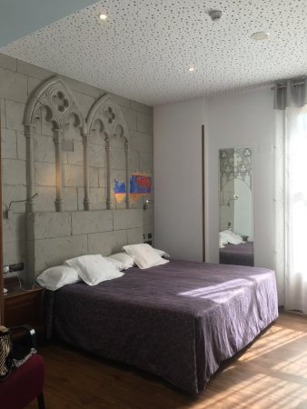 La Vid, Espanha: Excellent hotel very quirky rooms well worth a stay