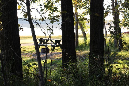 Three Hills, Kanada: Quiet camping and picnic slots beside a quiet lake.