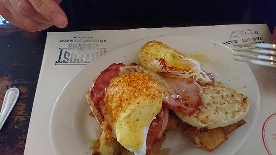 Raymond's: Eggs Benedict