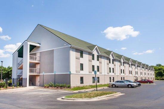 Lanham, Мэриленд: Exterior of parking lot