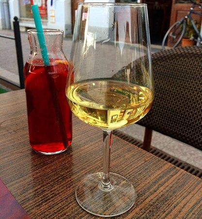 Nyiregyhaza, المجر: Wine and non-alcoholic cocktail.